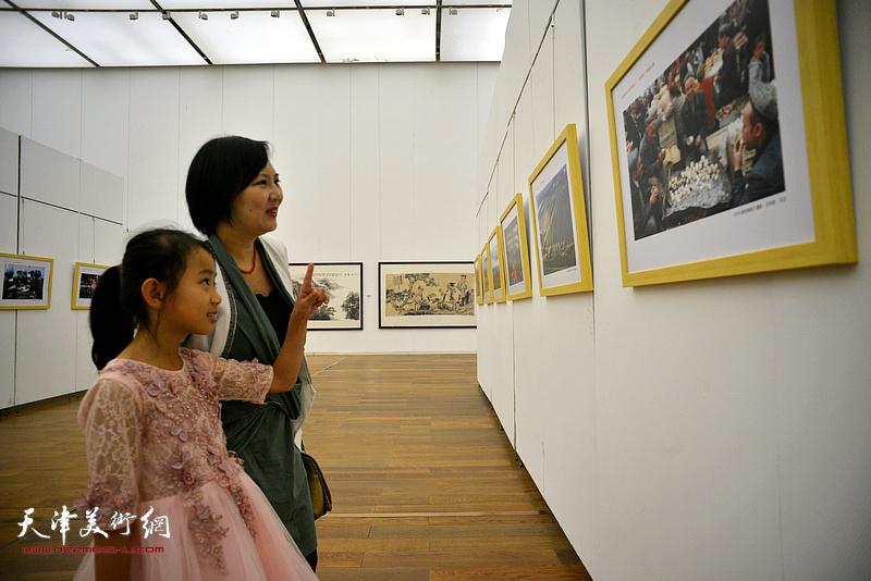 刘巍在展览现场观看作品。