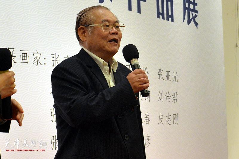 原中共中央宣传部常务副部长龚心瀚宣布画展开幕。