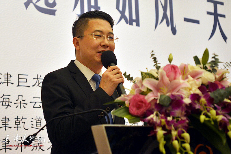 上海杨浦电视台主持人刘威主持画展开幕式。
