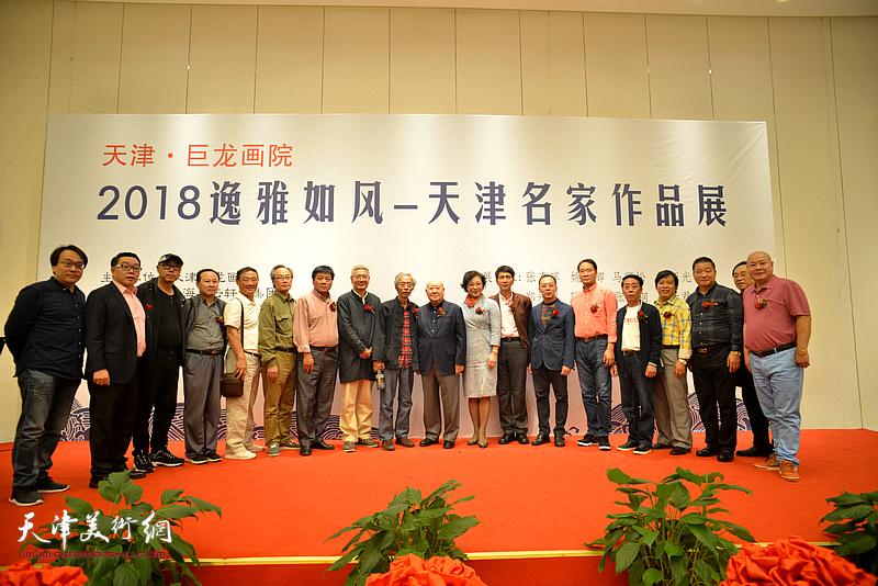 天津画家与尚长荣等嘉宾在画展开幕现场。