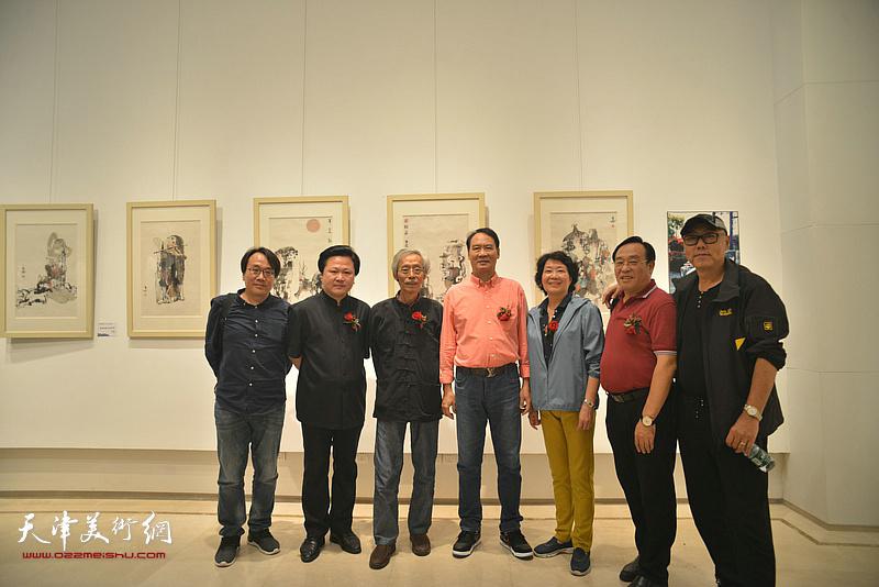 左起:张晓彦、赵景宇、姚景卿、马寒松、师宜和、陈钢、高博在画展现场。