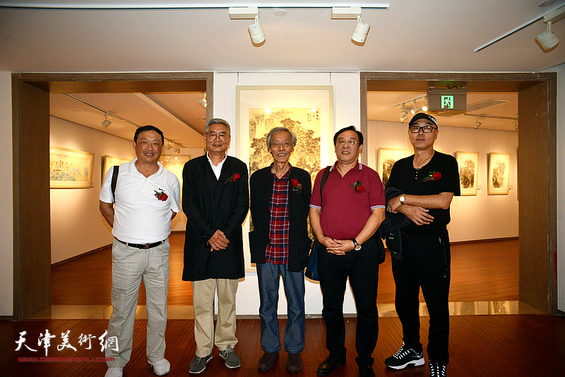 左起:刘志君、张佩钢、姚景卿、陈钢、高博在画展现场。