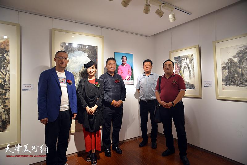 皮志刚、陈钢与王连元、王琪在画展现场。