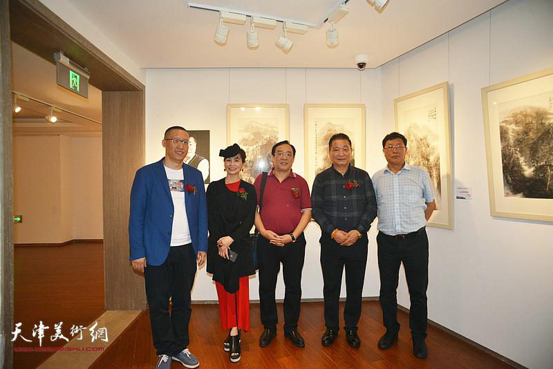 陈钢、皮志刚与王连元、王琪在画展现场。