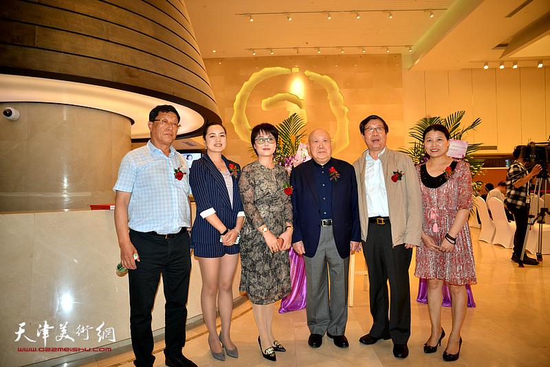 尚长荣、王连元、赵洋等在画展开幕现场。