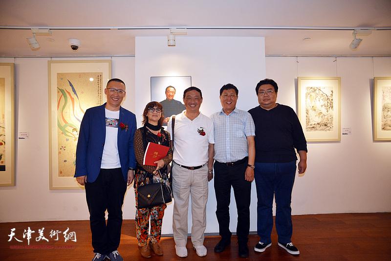 刘志君、王连元、江姐等在画展现场。