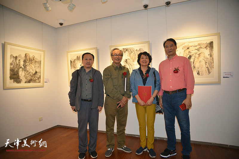 左起:张立涛、陈福春、师宜和、马寒松在画展现场。