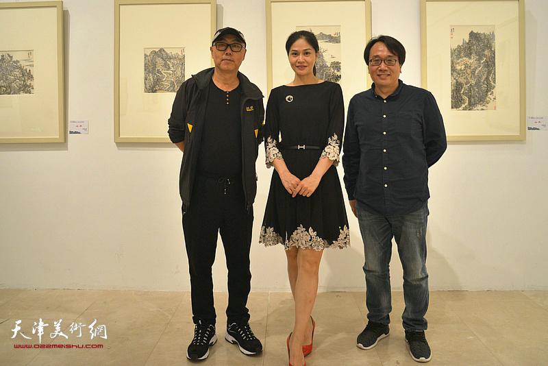 高博、张晓彦、李佳在画展现场。