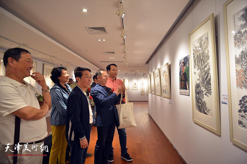 马寒松、郑永盛、王立军、师宜和、刘志君在画展现场。
