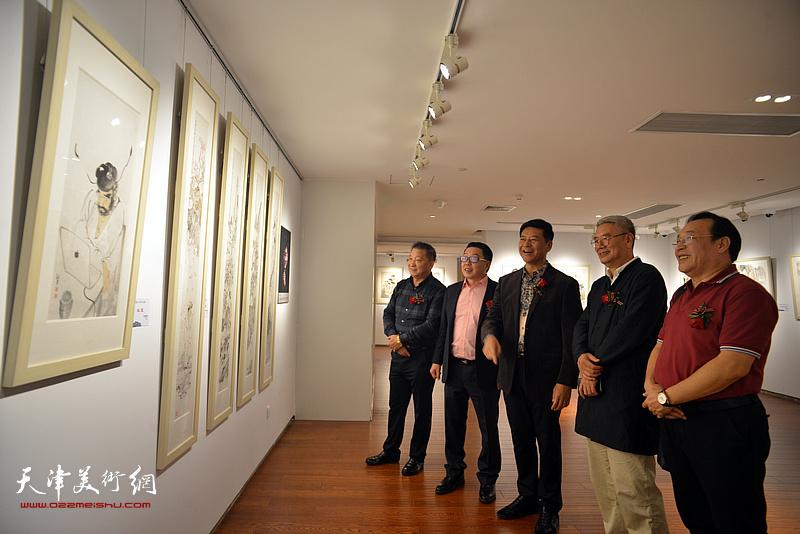 颜世魁、张维、陈钢、皮志刚、张佩钢在画展现场。