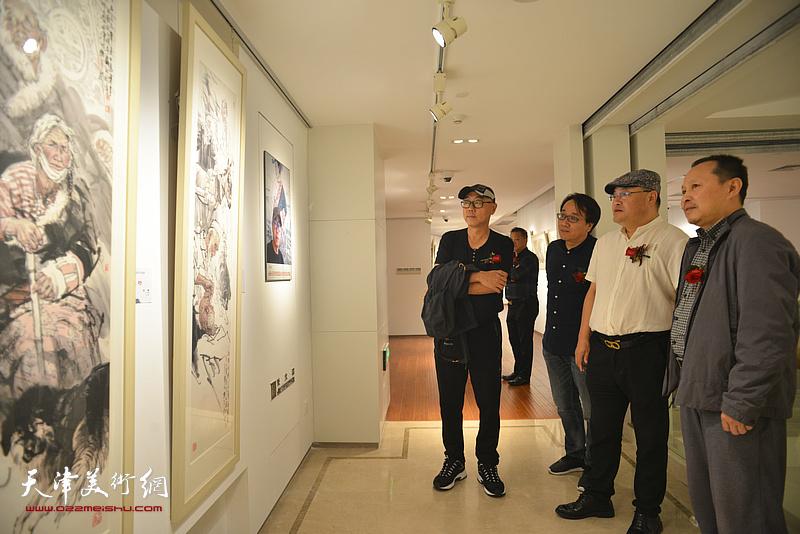 张立涛、高博、张晓彦在画展现场。
