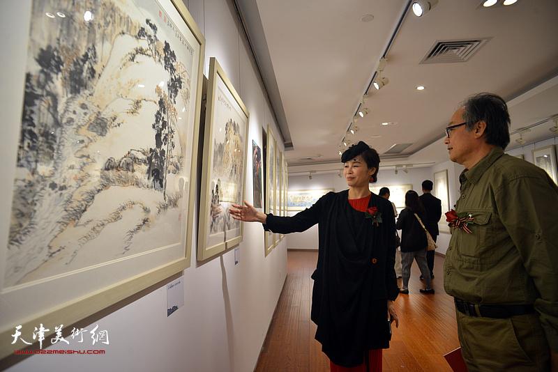 陈福春、王琪在画展现场。