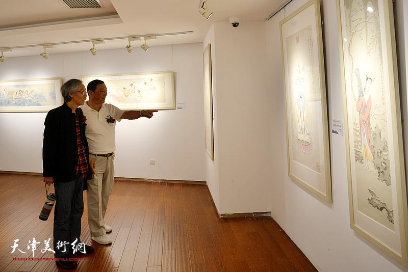 姚景卿、刘志君在画展现场。