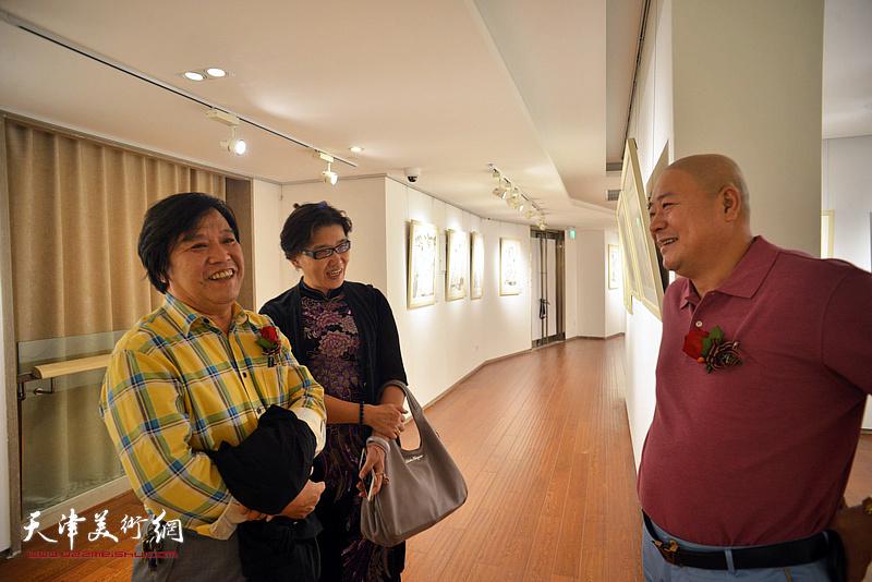 李耀春、盖海燕、杨光在画展现场。