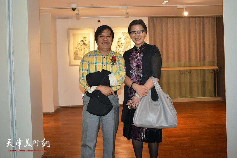 李耀春、盖海燕在画展现场。