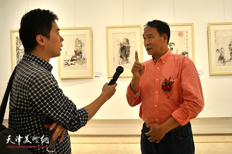 马寒松在画展现场接受媒体采访。