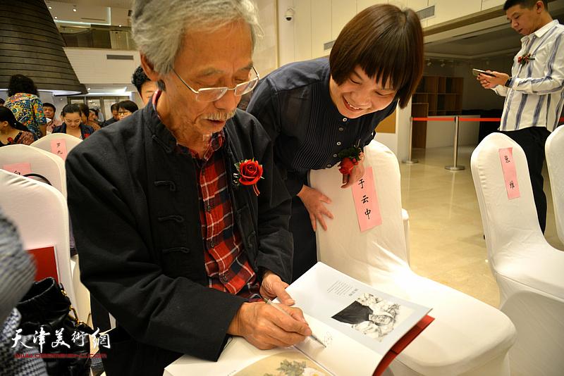 姚景卿在朵云轩美术馆为观众签名留念。