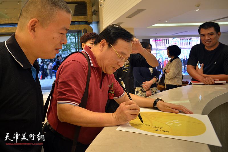陈钢在朵云轩美术馆为观众签名留念。