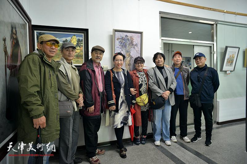 左起:郑爱民、王书朋、张树德、刁孟榕、吴薇、何莉、路振钢、杨健在画展现场。