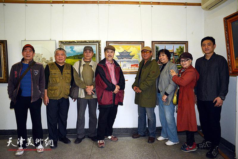 左起:路振钢、万栩、王书朋、张树德、郑爱民、何莉、吴薇、刘刚在画展现场。