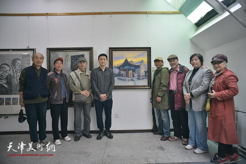 左起:宋家褆、路振钢、王书朋、刘刚、郑爱民、张树德、何莉、吴薇在画展现场。