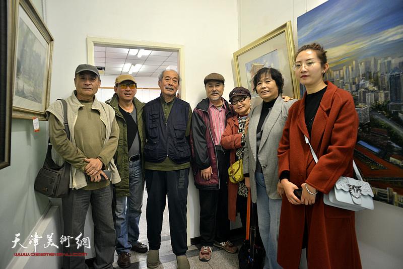 左起:王书朋、郑爱民、宋家褆、张树德、吴薇、何莉、王晫在画展现场。