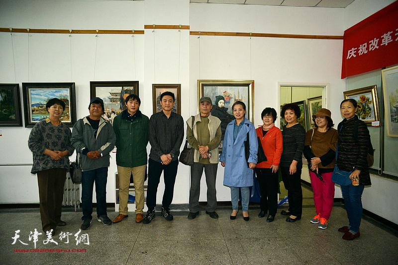 王书朋、高维星、刘刚与书画爱好者在画展现场。