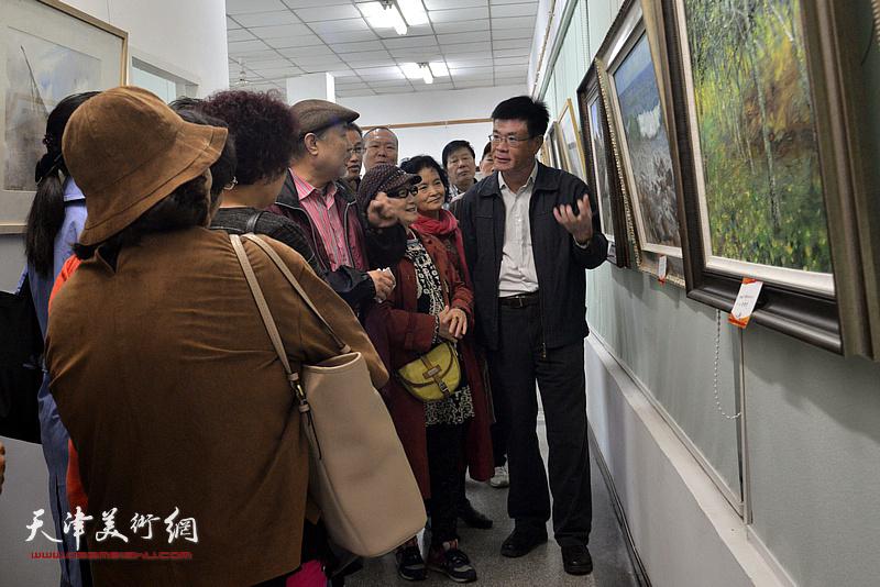 王建新在画展现场为大家讲画。