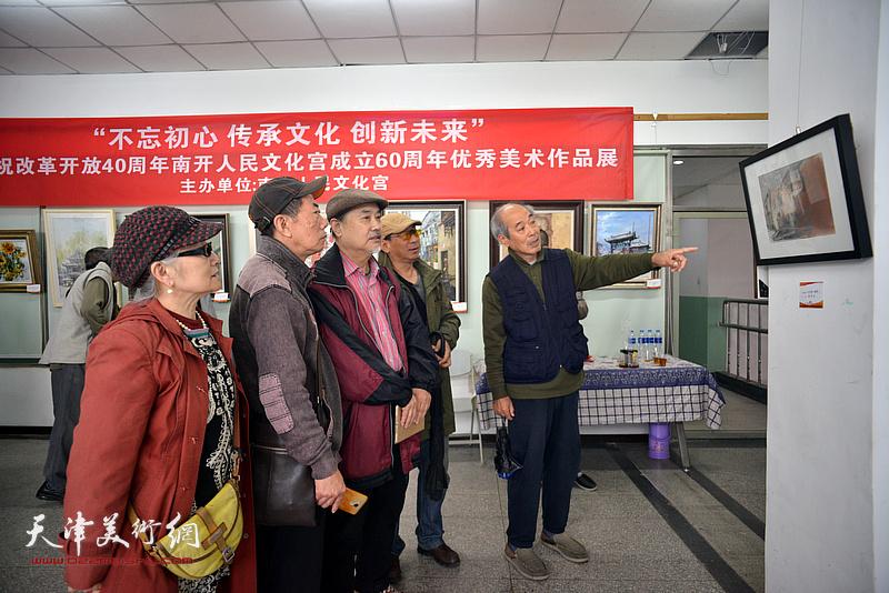 张树德、吴薇、宋家褆路振钢、郑爱民欣赏展出的画作。