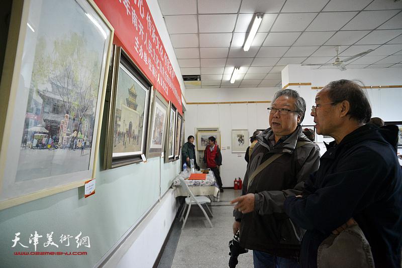 石增琇、刘新森欣赏展出的画作。