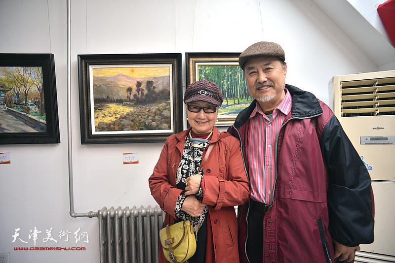张树德、吴薇在画展现场。