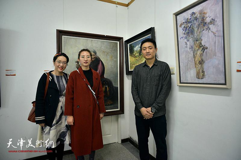左起:刁孟榕、王晫、刘刚在画展现场。