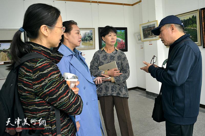 杨健在画展现场与美术爱好者交流。