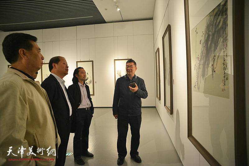李锋、邢才芝、李延春、安士胜在画展现场观看作品。
