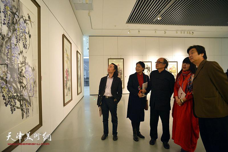郭书仁、翟洪涛、萧冰、单国钧、安士胜在画展现场观看作品。