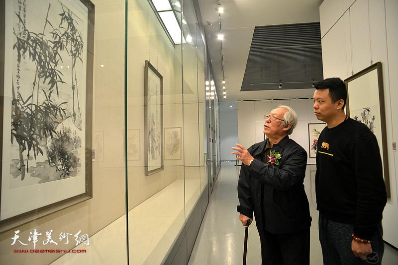 贾宝珉、李大光在画展现场观看作品。