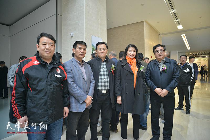 万镜明、张桂元、商移山、范扬、王卫平在画展现场。