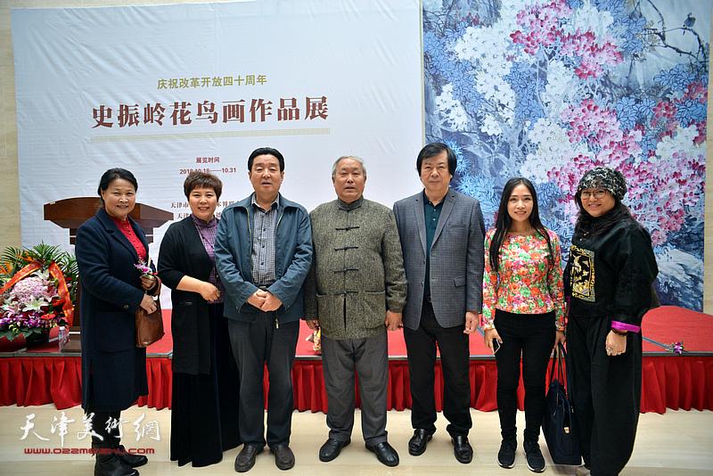 史振岭与唐云来、陈伟明、冯海娇、甄永清、单国钧在画展现场。