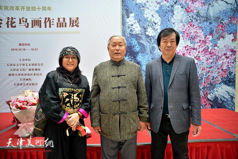 史振岭与唐云来、冯海娇在画展现场。