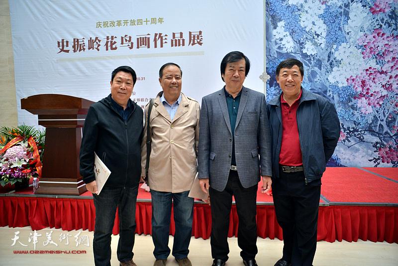 史振岭与邱和法、王志毅、孙敬山在画展现场。
