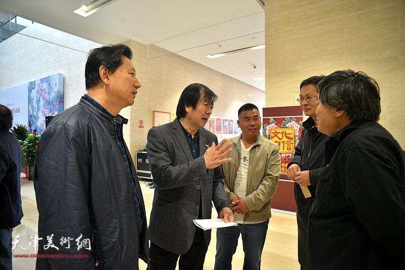 史振岭、潘津生、张福有、李英杰、于绪良在画展现场交流。