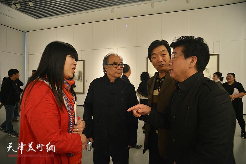 郭书仁、张文圣、翟洪涛、萧冰在画展现场交流。