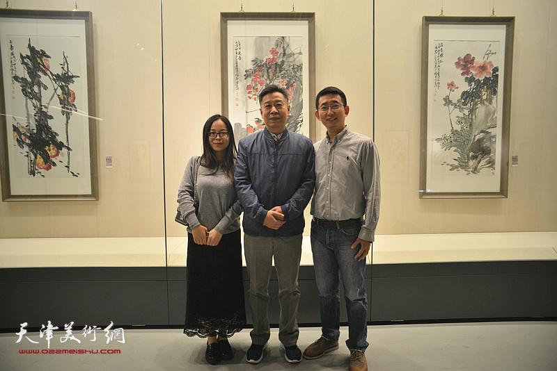 李增亭与弟子在画展现场。