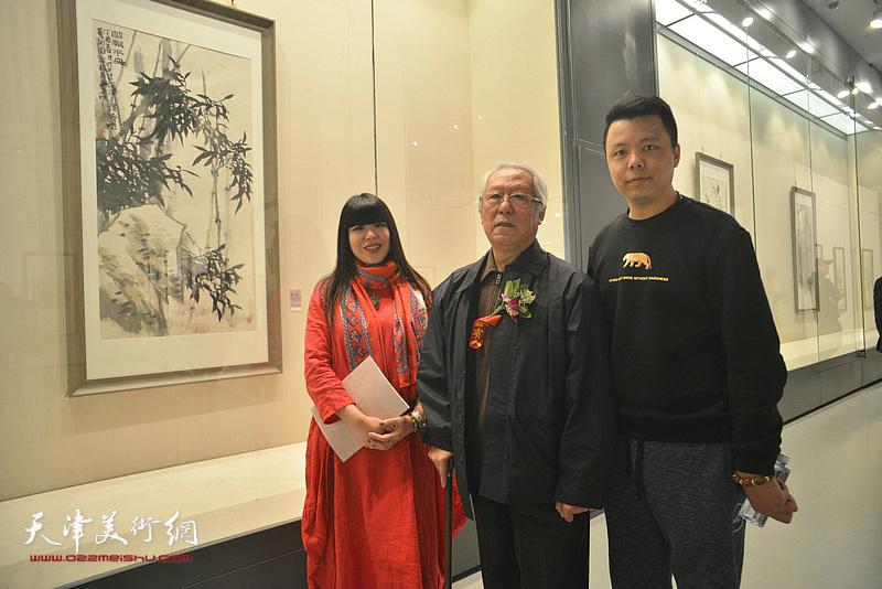 贾宝珉、萧冰、李大光在画展现场。