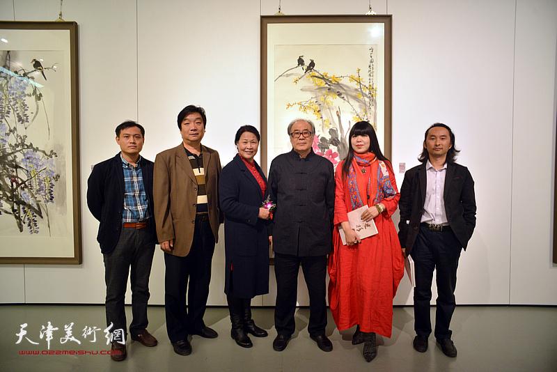 左起:周文举、翟洪涛、单国钧、郭书仁、萧冰、安士胜在画展现场。