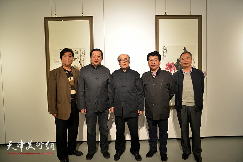 左起:翟洪涛、孙玉河、郭书仁、张文圣、邢立宏在画展现场。