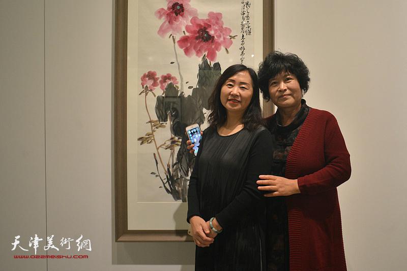 史振岭夫人与来宾在画展现场。