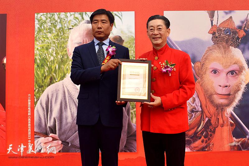李国春书记和我代表西堤头镇向章金莱先生颁发西堤头镇荣誉村民证书