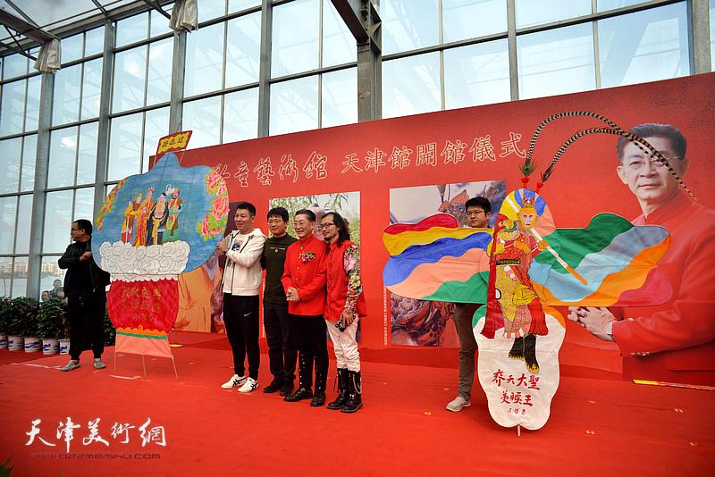 青年民间艺术工作者向艺术馆捐赠手绘风筝。