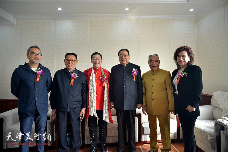 章金莱与李殿仁、李文朝、林德谦等在艺术馆。